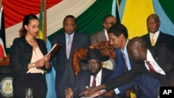South Sudan President Salva Kiir, seated, signs a peace deal as Kenya's President Uhuru Kenyatta, center-left, Ethiopia's Prime Minister Hailemariam Desalegn, center-right, and Uganda's President Yoweri Museveni, right, look on in Juba, South Sudan, Aug. 26, 2015. Rebel leader Riek Machar signed the deal nine days earlier.