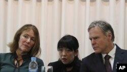 Fred Warmbier (kanan), dan istrinya Cindy (paling kiri) dalam konferensi pers di Seoul, Korea Selatan, Jumat, 22 November, 2019.
