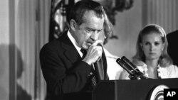 پخوانی ولسمشر ریچارد نیکسن د ۱۹۷۴ کال د اګست په ۹ مه نېټه په سپینه ماڼۍ کې د امریکا ولسمشر په توگه خپله وروستۍ وینا کوي.