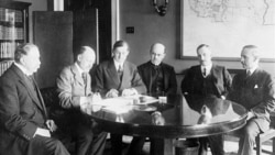 British and American officials signing a British war loan in 1917