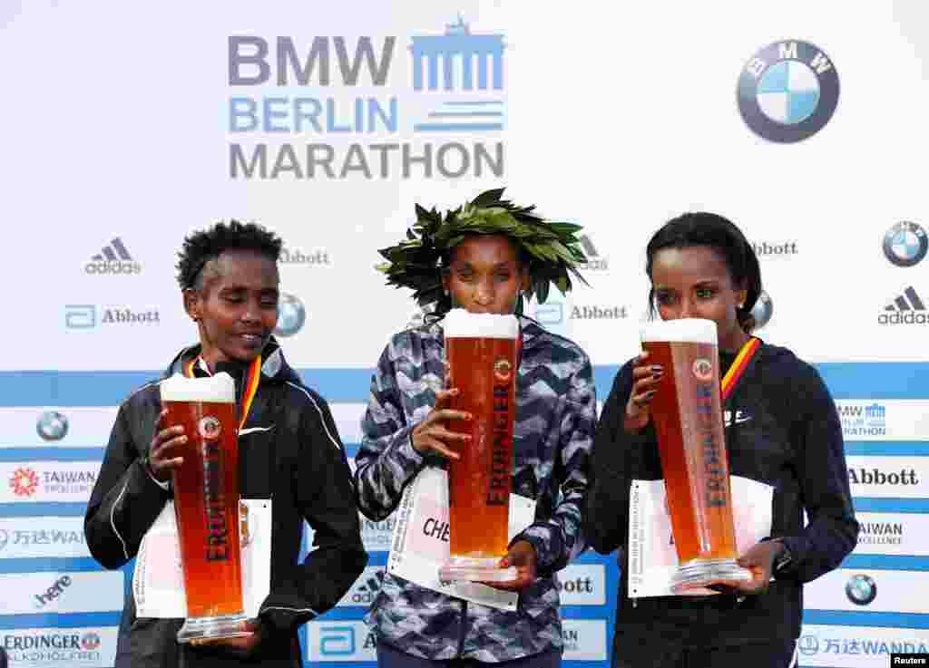 កីឡាការនី Gladys Cherono Kiprono មកពីកេនយ៉ា (រូបកណ្តាល) ថតរូបបន្ទាប់ពីឈ្នះការរត់ប្រណាំង Berlin Marathon ជាមួយនឹងកីឡាការនី Ruti Aga (រូបឆ្វេង) មកពីអេត្យូពី និងកីឡាការនី Tirunesh Dibaba (រូបស្តាំ) ក៏មកពីអេត្យូពីផងដែរ នៅក្នុងក្រុងបែរឡាំង ប្រទេសអាល្លឺម៉ង់។