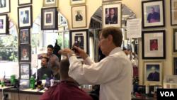 디에고 디암브로시오 씨가 손님의 머리카락을 손질하고 있다.