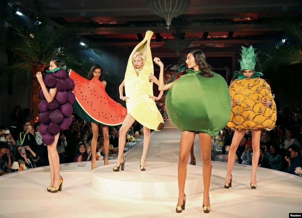 영국 런던 패션위크에서 열린 패션브랜드 '샬롯올림피아'의 2017 봄/여름 패션쇼에서 과일 의상을 입은 모델들이 런웨이를 걷고 있다.