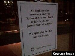 """华盛顿史密斯博物馆前张贴的告示""""由于政府关门,史密斯的所有博物馆和国家动物园对游客关闭"""""""