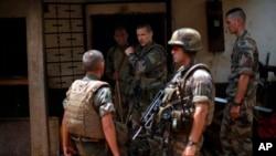 Binh sĩ Pháp lục soát 1 căn nhà trong khu vực Kitô giáo ở Bangui, Cộng hòa Trung Phi, 11/2/2014