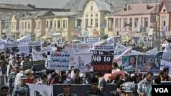 Warga Afghanistan menyuarakan tuntutan mereka dalam demo yang diorganisir oleh partai Afghanistan Hambastegi di Kabul (6/10).
