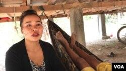 អ្នកស្រី យន់ ពី ភរិយារបស់លោកទុយ ក្តុង អង្គុយលើអង្រឹងក្រោមផ្ទះគាត់នៅសង្កាត់គោកចក ក្រុងសៀមរាប ថ្ងៃទី១៦ ខែមីនា ឆ្នាំ ២០២០។ (ហ៊ុល រស្មី/VOA Khmer)