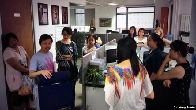 杜斌(左二)获保释后重返纽约时报北京分社探望同事们(网络相片)