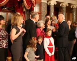 副总统拜登与议员家属寒喧
