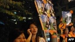 Cô Lee (trái), một cư dân Hong Kong tình nguyện làm việc trong cuộc bầu cử Hội đồng quận