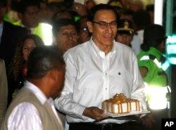 Martin Vizcarra es recibido con una torta de cumpleaños en el aeropuerto de Lima.