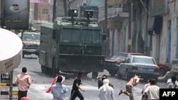 Demonstranti gadjaju kamenicama vozilo policije tokom sukoba u Taizu, 19. septembar 2011.