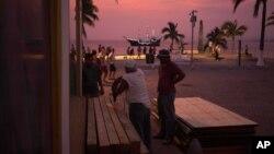 Preparación en Puerto Vallarta para la llegada del huracán Patricia, el más fuerte de la historia, según el Centro Nacional de Huracanes de Estados Unidos.