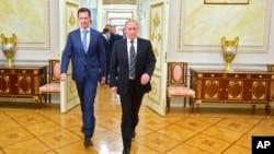 20일 러시아를 전격 방문한 바샤르 알 아사드 시리아 대통령(왼쪽)과 블라디미르 푸틴 러시아 대통령이 모스크바 크렘린 궁에서 회동했다.