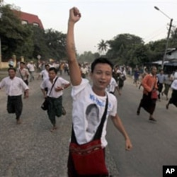 Supporters of Burma's pro-democracy leader Aung San Suu Kyi run towards her home in celebration of her release from house arrest in Rangoon, 13 Nov 2010