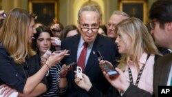 El senador demócrata, Chuck Schumer, es abordado por los periodistas a la salida de una reunión de su partido para tratar los temas legislativos, incluyendo el migratorio.