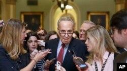 民主党籍参议员舒默离开在国会山举行的党团午餐会后陷入记者包围。(2014年7月29日)