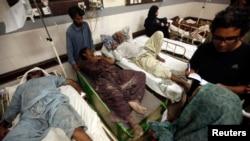 Spasioci ukazuju prvu pomoć povređenima u jučerašnjem zemljotresu u Pakistanu