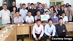 대북 구호단체 '투게더-함흥' 관계자들이 지난 5월 28일부터 열흘 간 방북해 청각 장애인들에게 특수 자명종 제조 기술을 전수했다. '투게더-함흥' 관계자들과 기술을 전수받은 북한의 청각 장애인들이 함께 찍은 사진. (사진제공: 투게더-함흥)