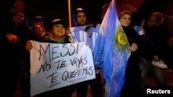 Seguidores de Messi aguardan el arrivo de la selección argentina a Buenos Aires.