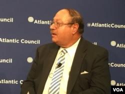 大西洋理事会国际安全中心资深研究员罗伯特·曼宁(Robert Manning)(美国之音钟辰芳拍摄)