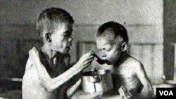 Holodomor: Stalinin silah gücünə başlatdığı kollektivizasiya- kolxozlaşdırma siyasəti nəticəsində 1932-33-cü illərdə təkcə Ukraynada — Şərqi Avropanın çörək zənbili kimi tanınmış məkanda — 5 milyon adamın acından öldüyü təxmin edilir.