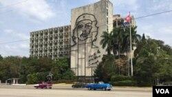 Todo va quedando listo para recibir al presidente Obama en Cuba. El canciller cubano Bruno Rodríguez Parrilla inauguró un centro de prensa localizado en el hotel Habana Libre. [Foto: Celia Mendoza, VOA].