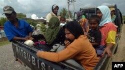Жители покидают свои дома после землетрясения на сотрове Суматра. Индонезия (архивное фото)