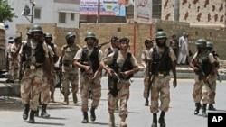 6月10日巴基斯坦安全部隊在卡拉奇遭受襲擊的培訓中心週圍巡邏 (資料照片)