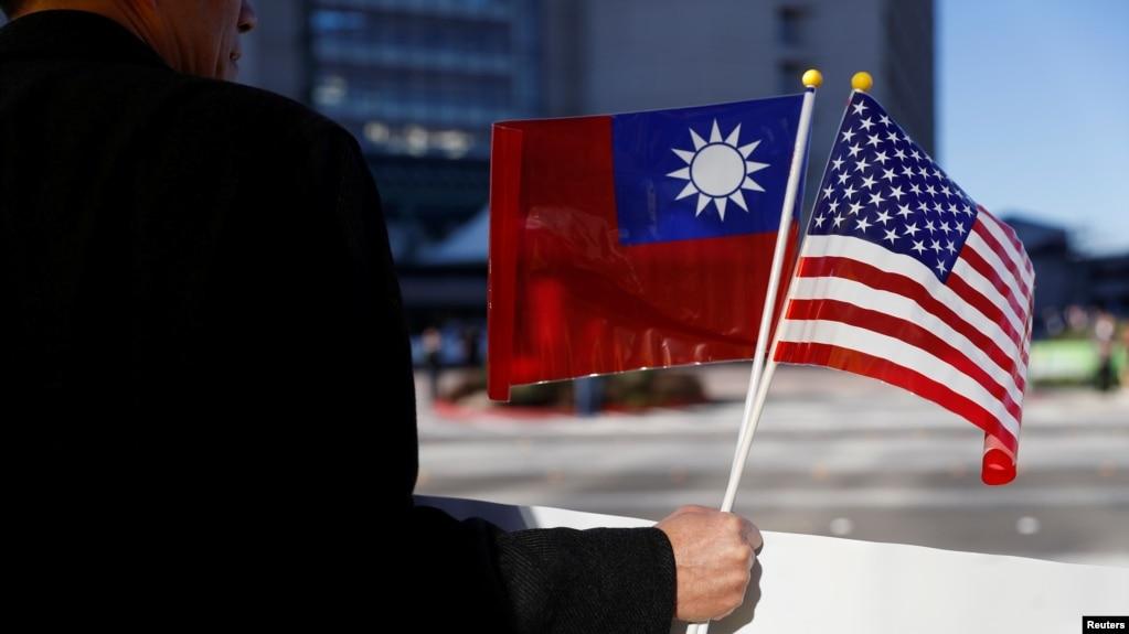 台湾总统蔡英文2017年1月过境加州时,一个人手握美国国旗和台湾青天白日满地红旗,对蔡英文和台湾表示支持(资料照)