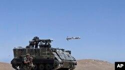 یک خودروی ارتش لبنان در حال شلیک موشک تاو - آرشیو