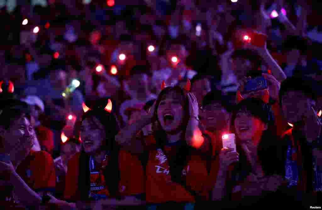 طرفداران تیم ملی کره جنوبی در حال تماشای دیدار دوستانه تیم ملی کره جنوبی و بوسنی و هرزگوین در کره جنوبی