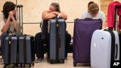 Des touristes à l'aéroport de Charm-el-Cheikh attendent d'être rapatriés, le 6 novembre 2015. (AP Photo/Vinciane Jacquet)