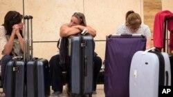 Para turis menunggu keberangkatan pesawat di bandara kota Sharm el-Sheikh, Mesir hari Jumat (6/11).