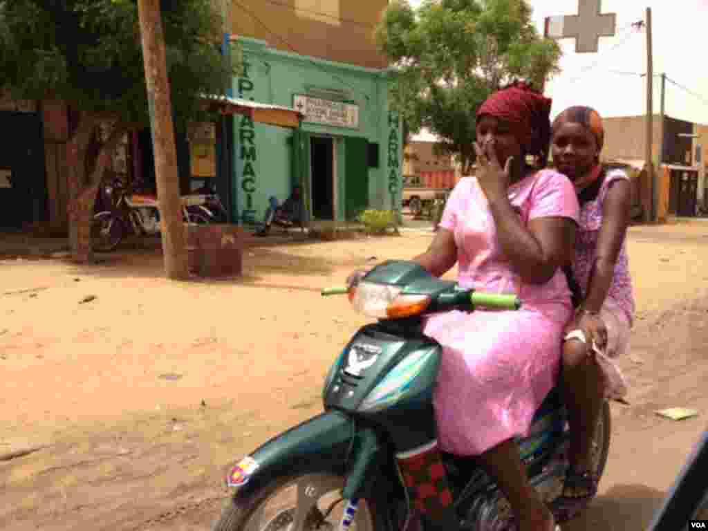 Deux résidantes de Gao circulant à moto