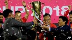 Huấn luyện viên Park Hang Seo và các học trò nâng cao Suzuki Cup sau trận chung kết gặp Malaysia tại Mỹ Đình, 15 tháng 12, 2018. (AP Photo/Minh Hoang)