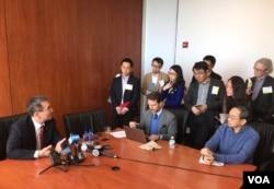林毅夫接受媒体采访。(美国之音章真拍摄)
