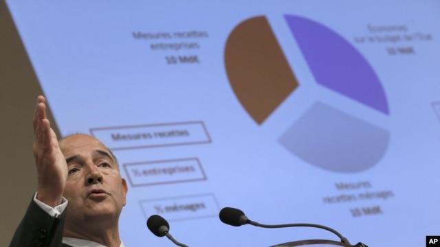 부유세와 관련하여 파리에서 기자회견 중인 피에르 모스코비시 프랑스 재무장관(자료사진)