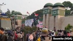 Puluhan ribu mahasiswa dari berbagai kampus di Jakarta dan sekitarnya kembali menggelar aksi di depan Gedung DPR, Jakarta, Selasa, 24 September 2019. (Foto: VOA/Sasmito)