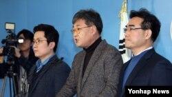 새누리당 김상민(왼쪽부터), 정문헌, 이성권 전 의원 등 원외 당협위원장이 23일 국회 정론관에서 탈당 기자회견을 하고 있다.