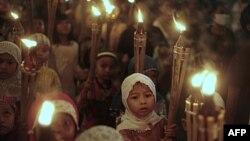 Trẻ em đạo Hồi đi trong đám rước mừng lễ Eid al-Fitr, đánh dấu ngày kết thúc tháng chay Ramadan ở Jakarta, Indonesia