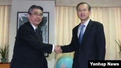 17일 한국 서울에서 회동한 임성남 한반도평화교섭본부장(오른쪽) 과 스기야마 신스케 일본 외무성 아시아대양주 국장.