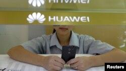 Nhân viên cửa hàng bán điện thoại Huawei ở Trung Quốc.
