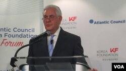 El secretario de Estado Rex Tillerson habla en el Foro de la Fundación Corea, en el centro de estudios Atlantic Council. Washington, diciembre 12, 2017.