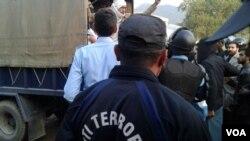طلبہ کو گرفتار کرکے پولیس کے ٹرک میں بٹھایا جارہا ہے