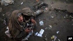 بیش از یک میلیون معتاد در افغانستان موجود می باشد و مراکز درمانی نیز برای آنها بسیار اندک است.