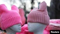 """Los """"pussy hats"""" en durante una marcha organizada por la Women's March Alliance en Manhattan, Nueva York. Enero 19, 2019."""