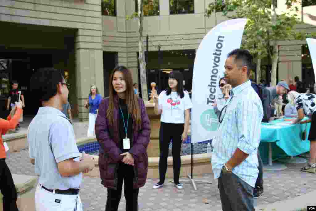 អ្នកស្រី សេង ម៉ារី បុគ្គលិកសង្គមនិងជាអ្នកមើលការខុសត្រូវរបស់សាលាអន្តរជាតិ Ligar Learning Center ដែលបានអមដំណើរកុមារីទាំង៥រូប និយាយជាមួយពលរដ្ឋខ្មែរអាមេរិកដែលរស់នៅក្រុង San Jose ក្បែរនោះ នៅមុនការប្រកួតផ្តាច់ព្រ័ត្រ Technovation Challenge World Pitch Summit នៅទីស្នាក់ការកណ្តាលក្រុមហ៊ុន Google នៅក្រុង Mountain View រដ្ឋកាលីហ្វរញ៉ា សហរដ្ឋអាមេរិក កណ្តាលតំបន់បច្ចេកវិទ្យា Silicon Valley កាលពីថ្ងៃពុធ ទី០៩ ខែសីហា ឆ្នាំ២០១៧។ (សឹង សុផាត/VOA)