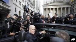 通用汽车首席执行官阿克森在纽约股票交易所前停泊的通用汽车的驾驶座上