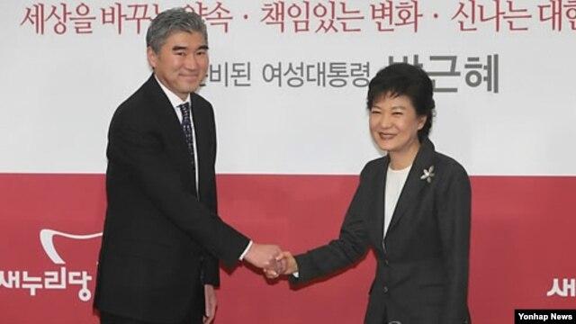 20일 새누리당 당사에서 성김 주한 미국대사를 만나 악수하는 박근혜 대통령 당선인.